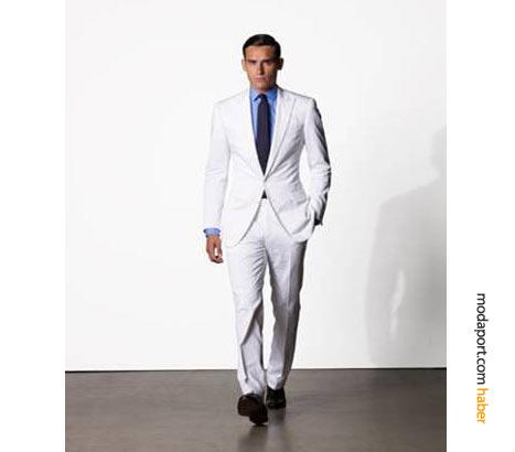 Ralph Lauren'in klasik erkek giyim stillerinden bayz takım elbise, mavi gömlekle tamamlanmış
