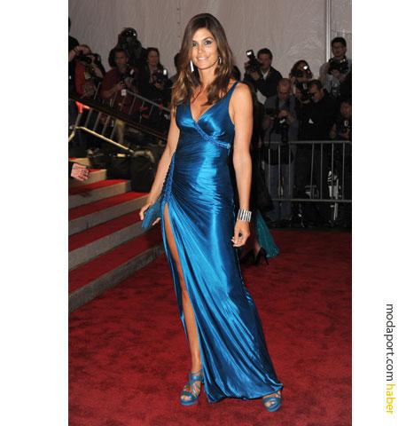 Versace elbisesiyle eski bir süpermodel..
