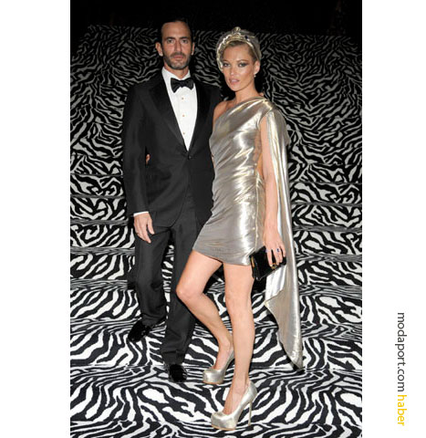 Gecenin en sıradışı elbiselerinden, metalik bir Marc Jacobs