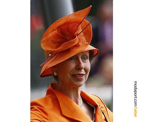 Prenses Anne, turuncu şapkasıyla
