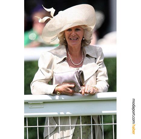 Camilla'nın geniş kenarlıklı Philip Treacy şapkası..