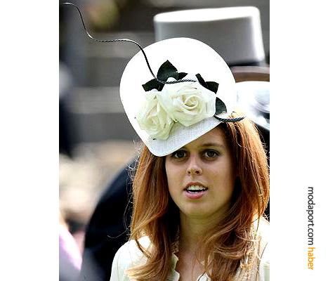 Prenses Beatrice, Philip Treacy tasarımı şık beyaz şapkasıyla
