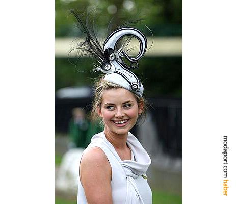 Eleanor Uttley'ın siyah-beyaz şapkası oldukça sofistike