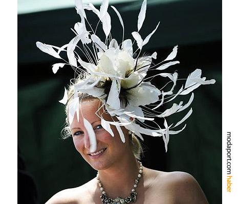 """Royal Ascot'un kıyafet kodunda şapka veya """"yeterli büyüklükte"""" saç aksesuarı mecburiyeti var."""
