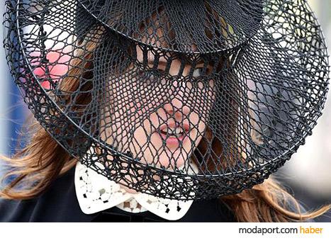 Londralı şapka tasarımcısı Camille Roman'ın siyah örgü şapkası, cazibeli bir havaya sahip.