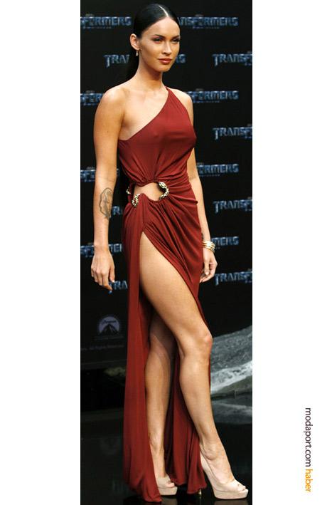 Megan Fox'un elbisesinin yanında yılanlı bir detay var