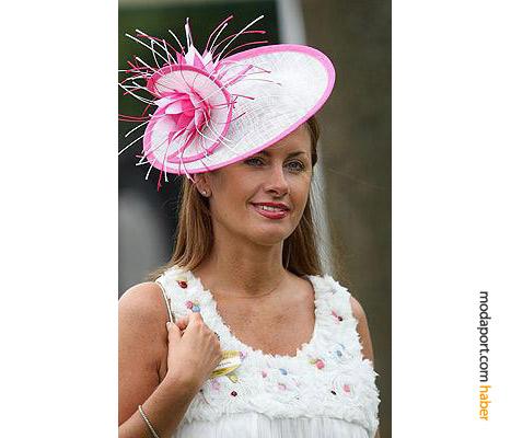 Anne Looby, sevimli ve sade bir şapka modeli seçmiş