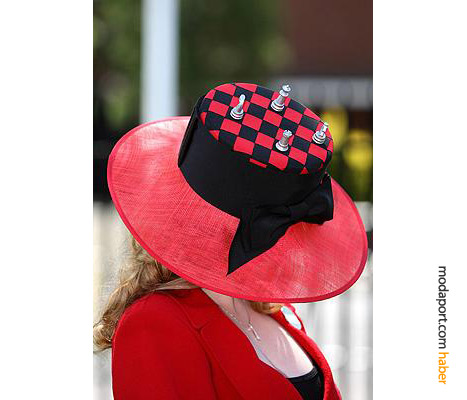 Satranç tahtası şeklinde kırmızı şapka, sosyetik Olivia Longford'a ait