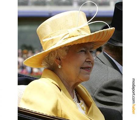 Bu yıl sarıyı tercih eden Kraliçe Elizabeth'in şapka modelleri hep aynı tarzda oluyor.