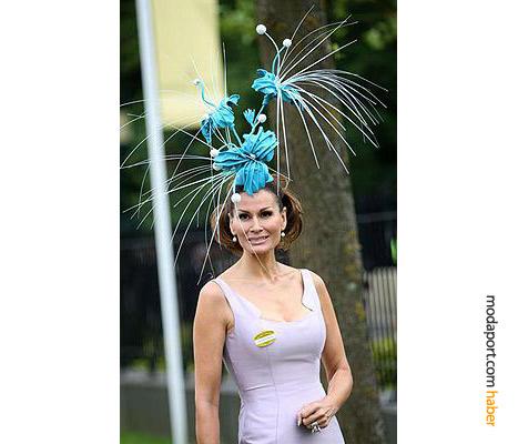 Isabell Kristensen, çılgın çiçekli saç aksesuarıyla
