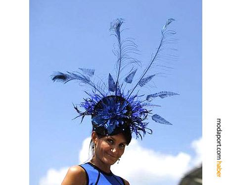 Ilda DiVico, kendi şapka markasına ait uzun tüylü lacivert şapkasıyla..