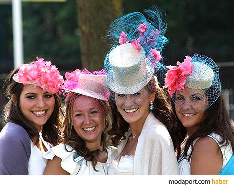 Bebek pembesi, mavi ve mercan renkleri bu yılın şapka modellerinde favori renklerdi.