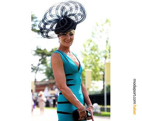Herve Leger elbisenin üstüne giyilmiş bir Eleda of Guiseley şapkası