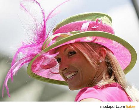 Pembe hasır şapka, güneş ışığını çok hoş geçiriyor.
