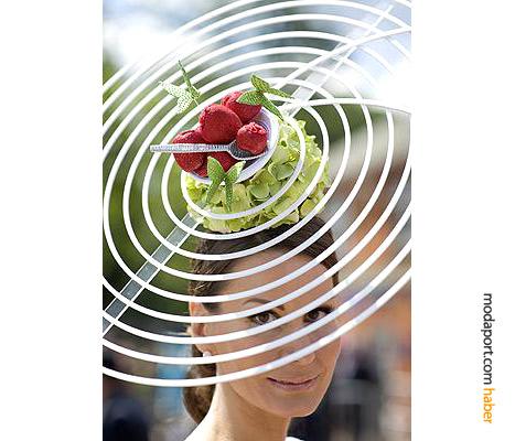 Şapkacı Dede Valentine imzalı şapka modeli, yoncaların üzerinde dondurma ve kelebeklerle bir yaz serinliği taşıyor
