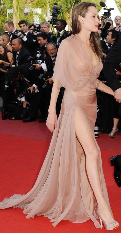 Angelina Jolie'nin çok konuşulan Versace yırtmaçlı gece elbisesi..