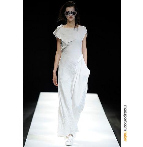 """Yohji Yamamoto, bu yaz için hazırladığı spor beyaz elbiselerle, çuvallar içinde bile """"cool"""" olunabileceğini ispatlıyor"""