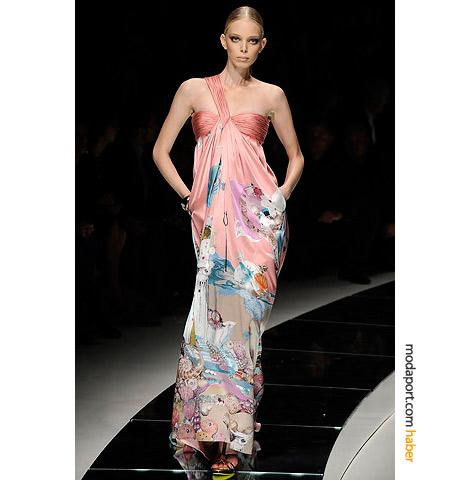 Versace'yle yumuşak bir yaz gecesi: tek askılı uzun elbise