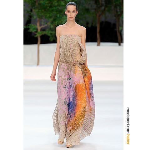 Nötr tonlarla renkleri birleştiren Akris straplez elbise