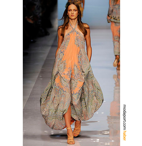 Etro'nun somon tonların ağırlıkta olduğu koleksiyonundan uzun yazlık elbise