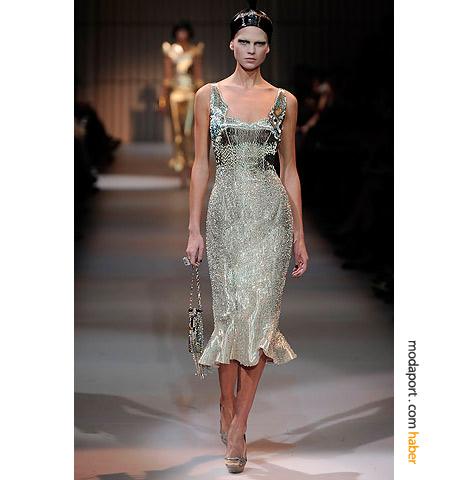 Armani Privé'nin diz altında fırfırlanan abiye elbiseleri, 30'lara göz kırpıyor
