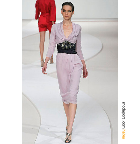 Valentino'nun bu uçuk lila-pembe elbisesi kış geceleri de giyilebilir