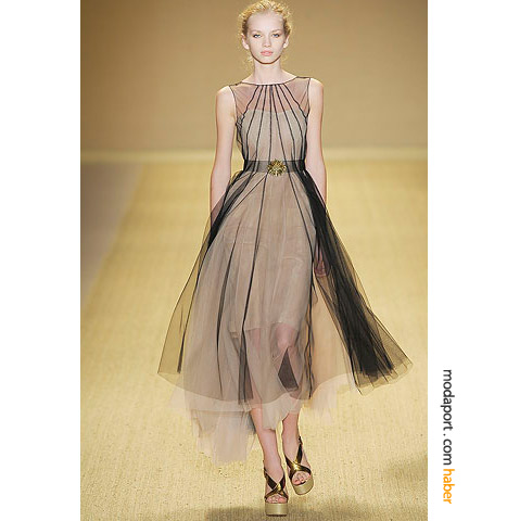 Monique Lhuillier'in bu modelinin içi dizin üstünde, ama tülüyle diz altı abiye elbiseler listemize giriyor..