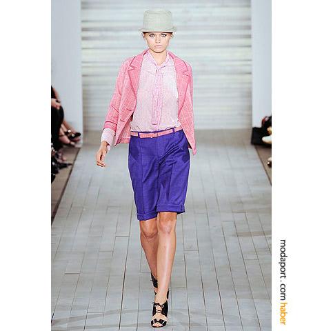 Amerikalı tasarımcı Jason Wu'nun standart bermuda modeli, kemer ve pembe ceket ile renkli bir kombinasyon oluşturmuş.