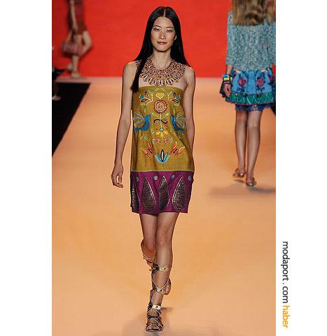 Anna Sui bu yıl bol işli yazlık elbiselerle dolu bir koleksiyon hazırladı