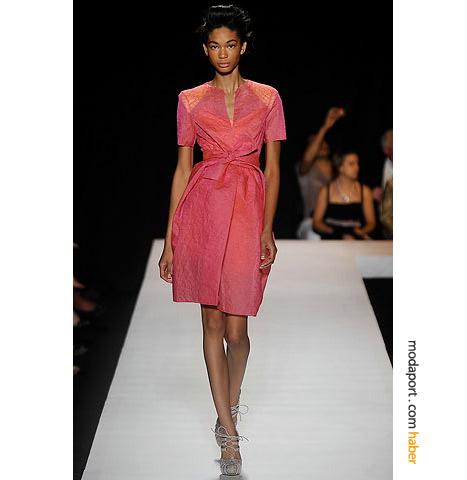 Isaac Mizrahi'nin pembe gece elbisesi, sade hatlar taşıyor