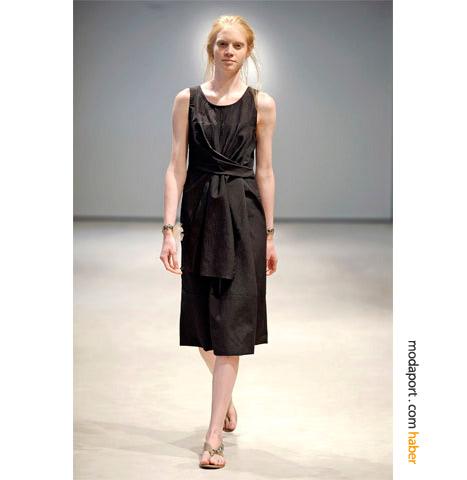 Vera wang in siyah dizaltı elbisesi öndeki atkısıyla spor ve