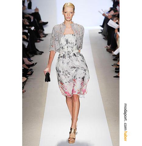 Badgley Mischka straplez çiçekli elbise, yaz geceleri için sade bir dokunuş..
