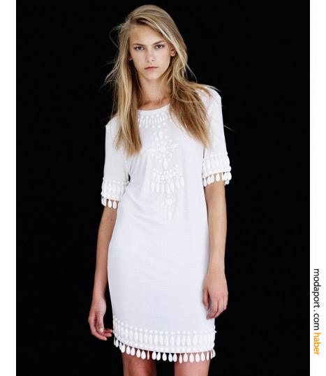 Boncuklarla süslü beyaz elbise Topshop'un Christopher Kane kolesiyonunun romantik parçalarından..