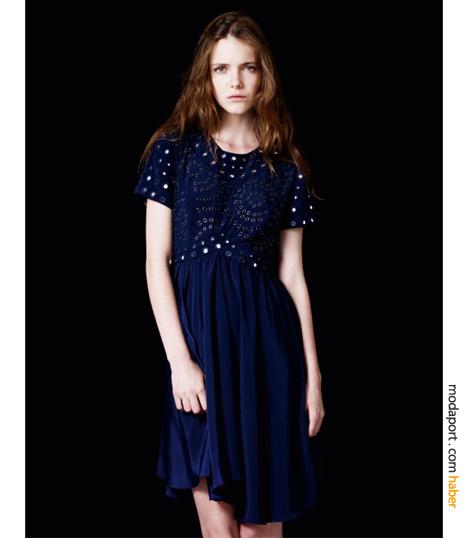 Lacivert saten elbise, zımbalarla genç bir hava kazanmış