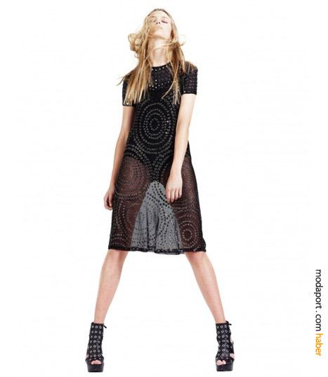 Zımbalı transparan elbise, ıslak görünüme sahip