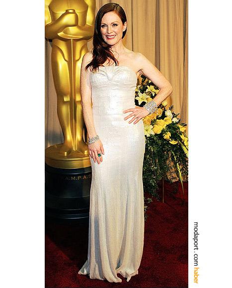 Julianne Moore, Calvin Klein gece elbisesi ve Bulgari elmas takılarıyla..