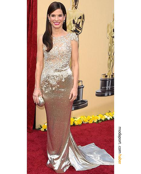 Sandra Bullock, Marchesa gece elbisesiyle..