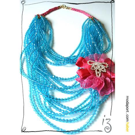 """Mavi boncuklar ve pembe çiçeklerle """"deli işi"""" bir kolye. Didem Aras'ın Gossip Girl defilesi için tasarladığı takılardan.."""