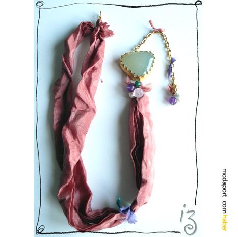 Didem'in İzi for Cashmere In Love.. İpek kumaştan yumuşacık tonlarda kolye, Cashmere In Love için tasarlanmış..