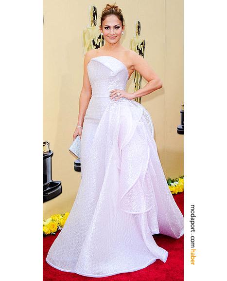 Jennifer Lopez, Armani Privé elbise, Ferragamo ayakakbılar ve Cartier mücevherlerle..