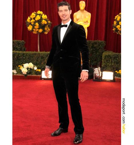 Burberry'in ultra derin siyah kadife smokinini giyen Robin Thicke