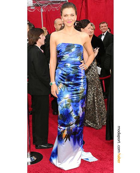 Maggie Gyllenhaal, Dries van Noten gece elbisesi, Jennifer Behr saç tokası ve vintage Fred Leighton mücevherlerle..