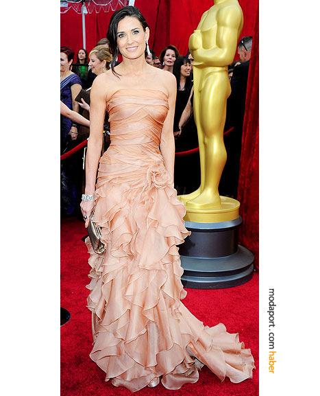Demi Moore, Atelier Versace gece elbisesi, Ferragamo el çantası, Versace ayakkabıları ve Van Cleef & Arpels takılarıyla...