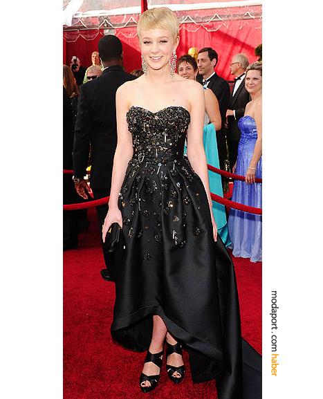 Carey Mulligan Prada gece elbisesi, Prada saten el çantası, Prada ayakkabılar ve Fred Leighton mücevherlerle..