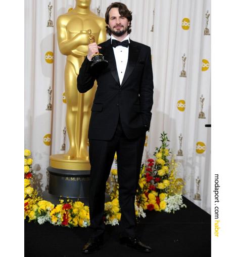 Burberry smokin giyen Mark Boal, En İyi Senaryo Oscar'ıyla poz veriyor..