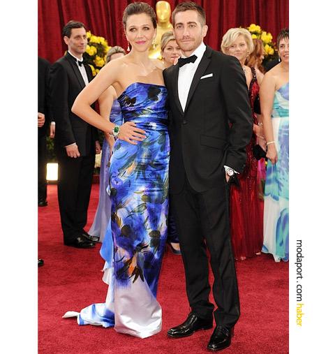 Giyinmeyi bilmesiyle ünlü Maggie Gyllenhaal ve çizgili pantolonlu Burberry takımıyla kardeşi Jake Gylenhaal. Gecenin en şirin ve en zor soyadlı ikilisi..