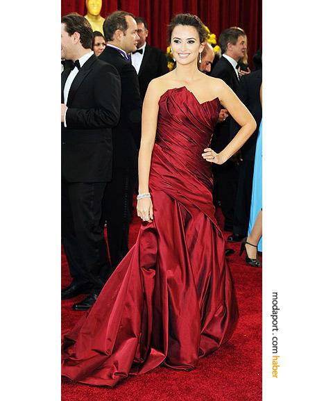 Penelope Cruz, Donna Karan couture elbise ve Chopard mücevherlerle..