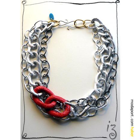 Askı için tasarladığı bu bileklikte Didem Aras yine yılan derisinden iki kırmızı halkayla metal zincire yeni bir boyut kazandırmış..