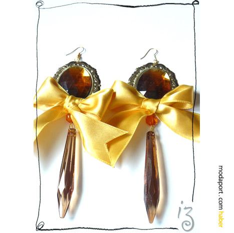 Sarı kurdeleli küpeler, Didem Aras'ın Blisskiss için hazırladığı tasarımlardan..