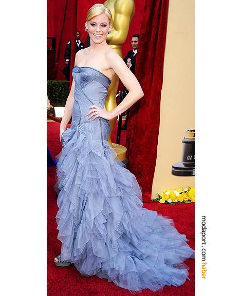Elizabeth Banks, Atelier Versace tuvalet, Ferragamo el çantası, süet Sergio Rossi ayakkabılar ve Fred Leighton elmaslarla..